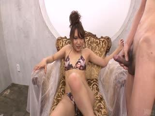 日本女孩 Miyu 喜欢吸吮公鸡下车后