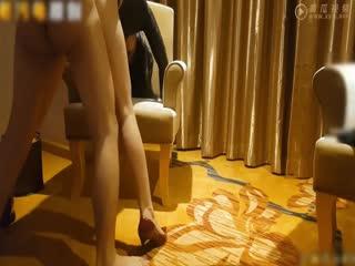 人妻偷情与小王在酒店椅子上激情性爱